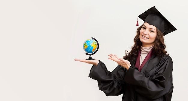 Feliz graduado sosteniendo globo