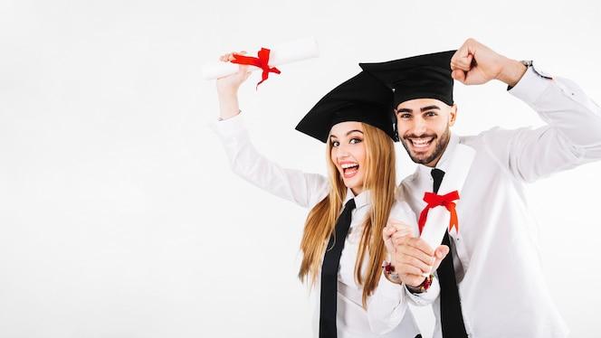 Feliz graduarse hombre y mujer