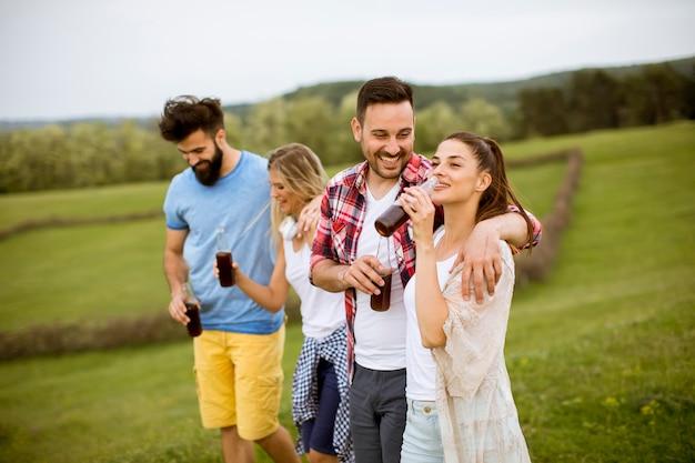Feliz grupo de amigos divirtiéndose y sonriendo a la naturaleza