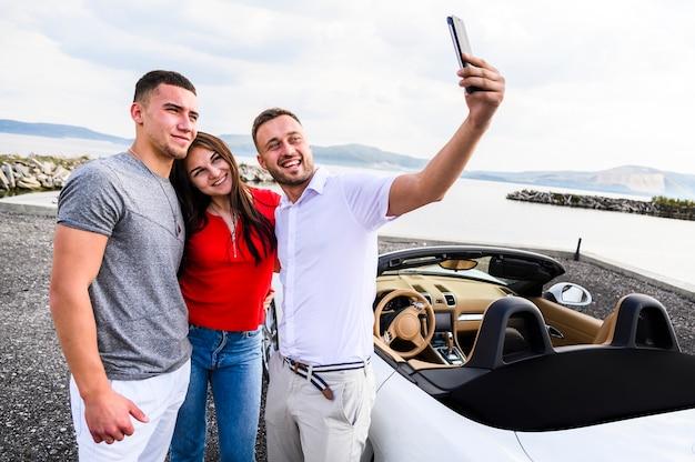 Feliz grupo de amigos tomando una selfie