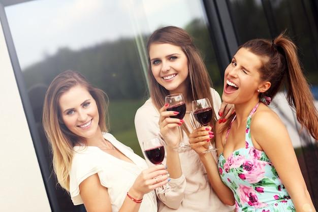 Feliz grupo de amigos con vino tinto