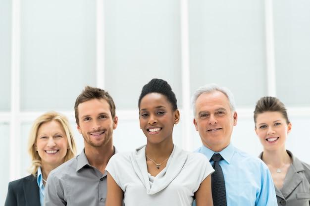 Feliz grupo empresarial diverso