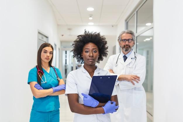 Feliz grupo de médicos en el hospital mirando a la cámara