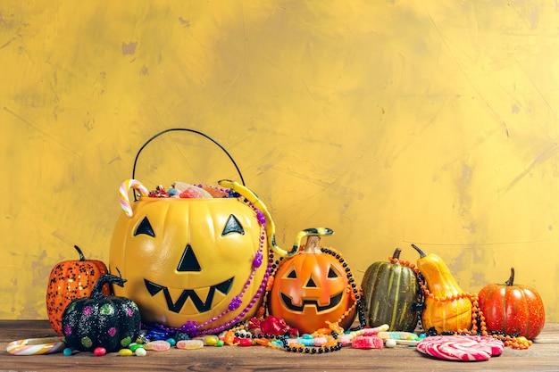 ¡feliz halloween! calabaza con caramelos en el hogar.