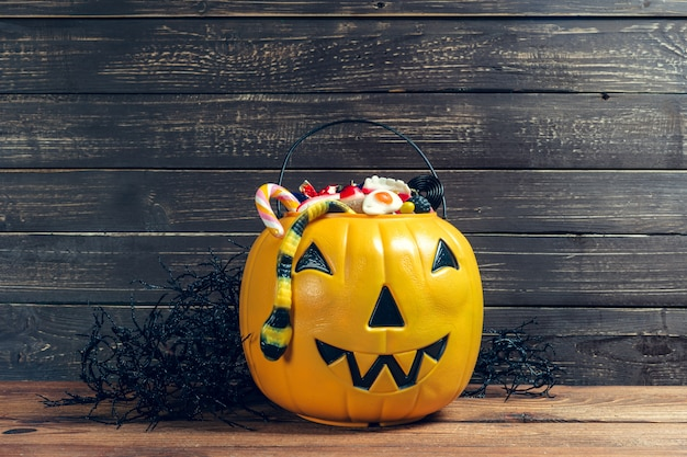 ¡feliz halloween! calabaza con dulces en casa