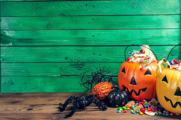 ¡feliz halloween! calabaza con dulces en el hogar.