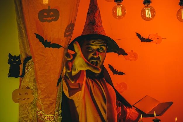 Feliz halloween cotizaciones y refranes. fondo de halloween. bruja de halloween con una calabaza tallada y luces mágicas en un bosque oscuro. concepto de vacaciones. fondo decorado.