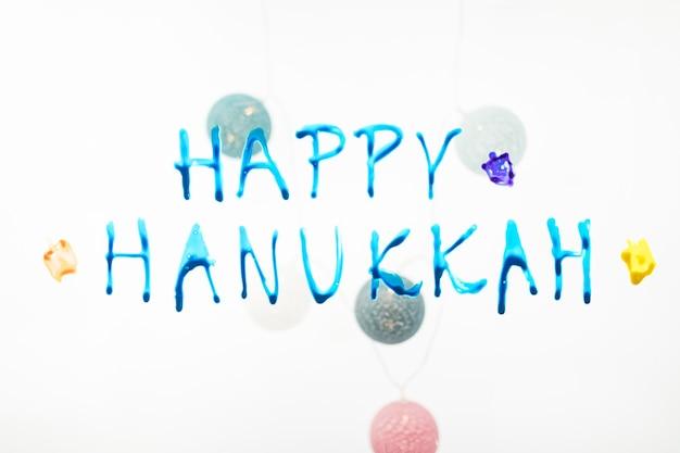Feliz hanukkah escribiendo y adornos