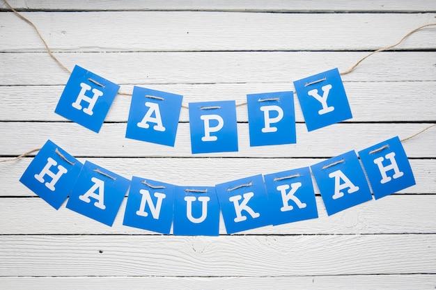 Feliz hanukkah guirnalda en la mesa
