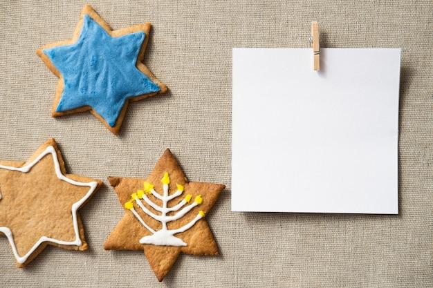 Feliz hanukkah star of david cookies y copie la tarjeta de espacio