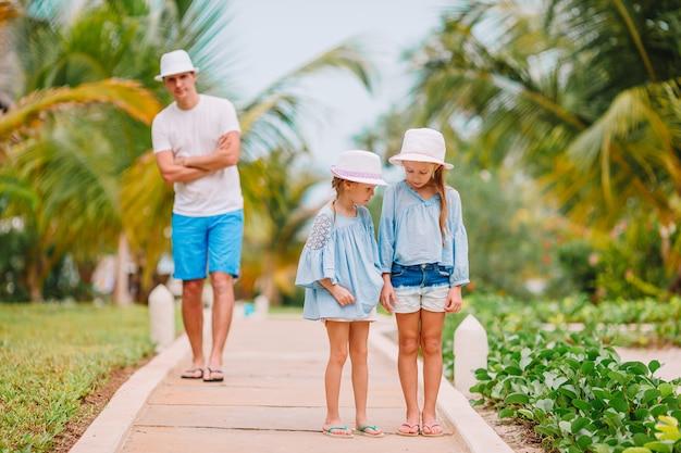 Feliz hermosa familia de papá e hijos en la playa blanca