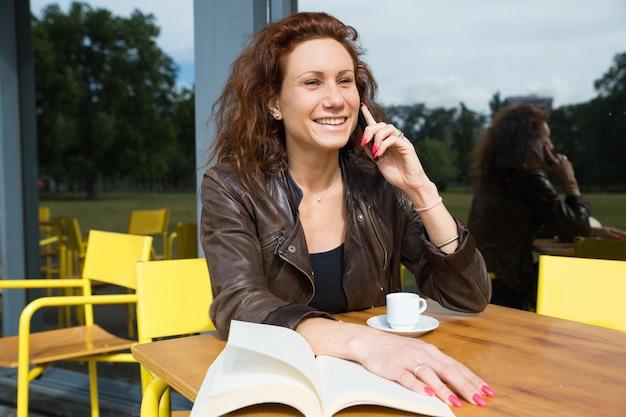 Feliz hermosa mujer llamando amigo