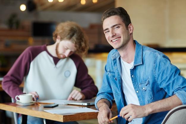 Feliz hipster en el café
