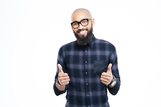 Feliz hombre afroamericano mostrando los pulgares para arriba aislado en una pared blanca