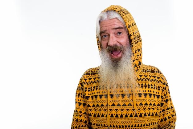 Feliz hombre barbudo senior sonriendo y vistiendo sudadera con capucha