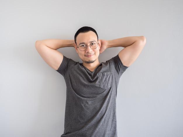 Feliz hombre independiente asiático con skinhead y relajante corte de pelo mile.