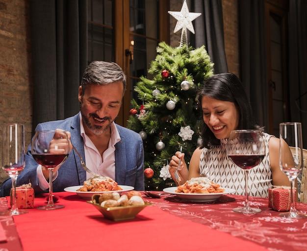 Feliz hombre y mujer celebrando la navidad