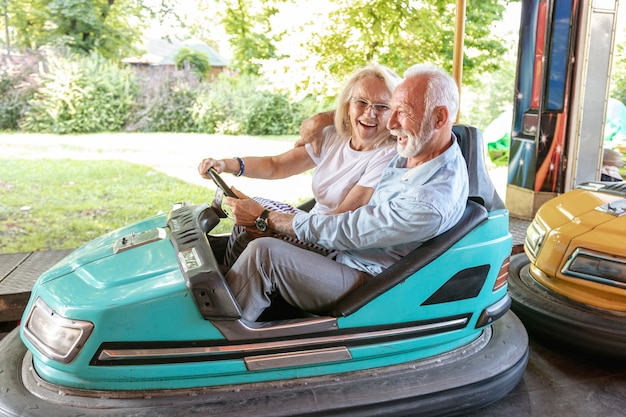 Feliz hombre y mujer conduciendo un automóvil