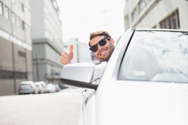 Feliz hombre de negocios en el asiento del conductor