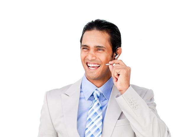 Feliz hombre de negocios con auriculares en