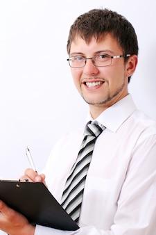 Feliz hombre de negocios está llenando documentos