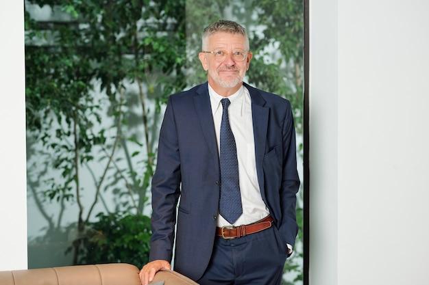Feliz hombre de negocios senior exitoso en gafas sonriendo