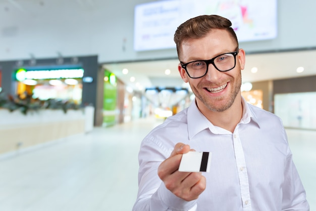 Feliz hombre de negocios con tarjeta