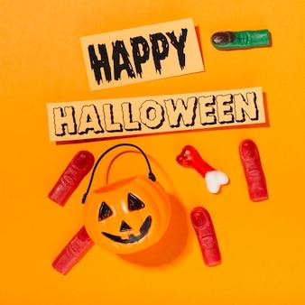 Feliz inscripción de halloween con calabaza y dedos