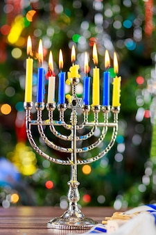 Feliz jánuca. imagen de bajo perfil de vacaciones judías con menorah la vista de la noche fuera de foco