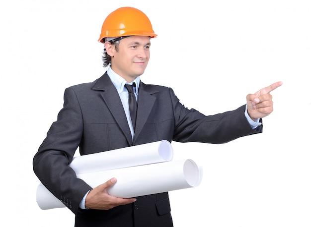Feliz joven arquitecto ingeniero con rollo de papel.