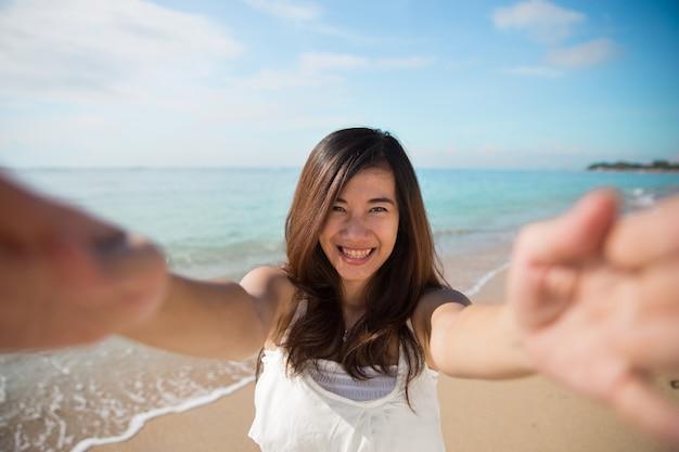Feliz joven asiática tomar fotos