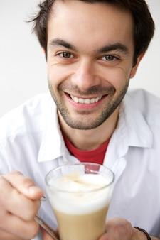 Feliz joven bebiendo una taza de café