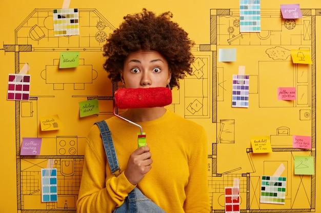 Feliz joven diseñador planificando la renovación del apartamento moderno