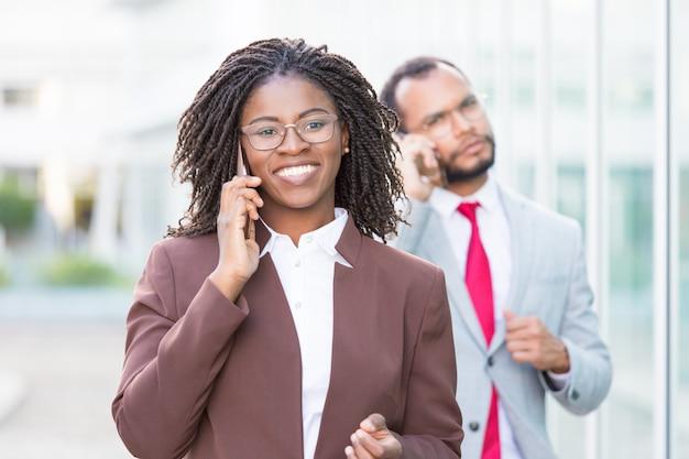 Feliz joven empresaria hablando por celular