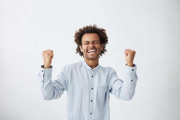 Feliz joven empresario exitoso gritando