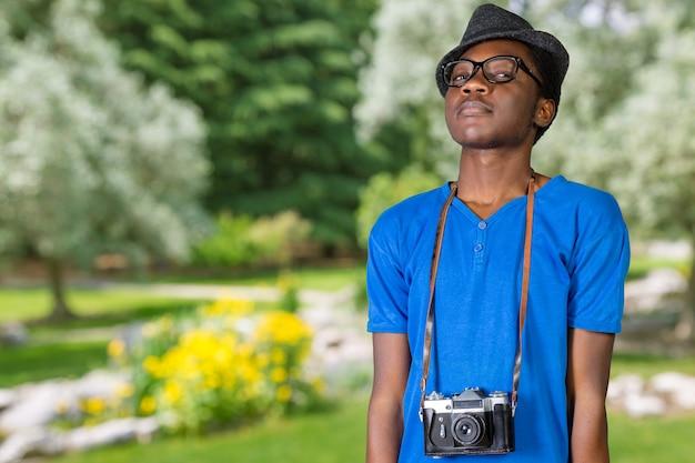 Feliz joven fotógrafo africano