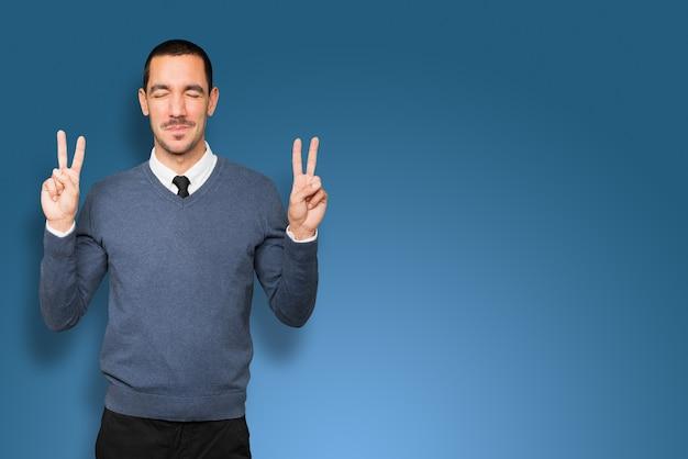 Feliz joven haciendo un gesto de victoria con los dedos
