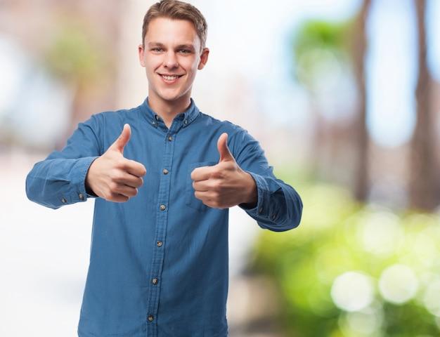 Feliz joven-hombre haciendo el signo bien
