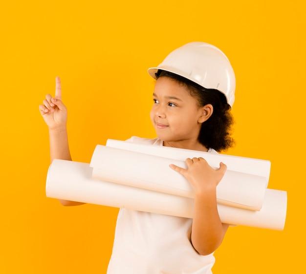 Feliz joven ingeniero apuntando hacia arriba