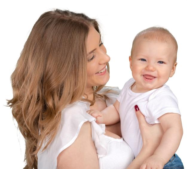Feliz joven madre con un niño