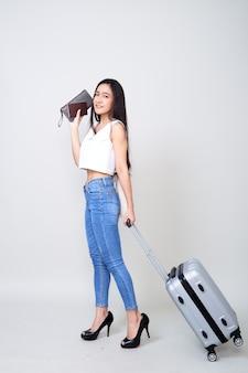 Feliz, joven, mujer asiática, viaje