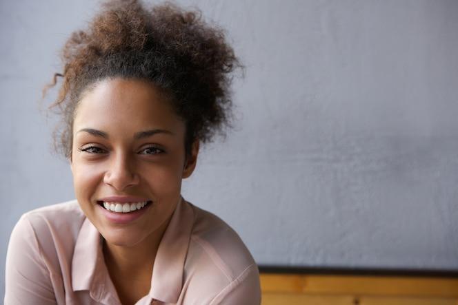 Feliz joven mujer negra sonriendo