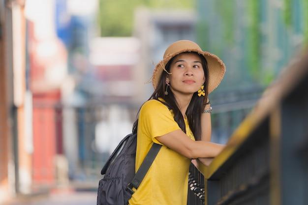 Feliz joven mujer pasar viaje de vacaciones
