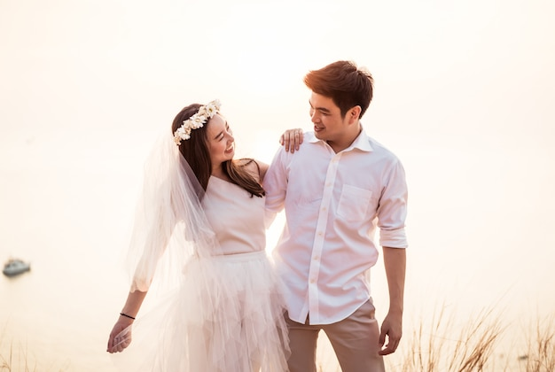 Feliz joven pareja asiática en el amor pasando un buen rato