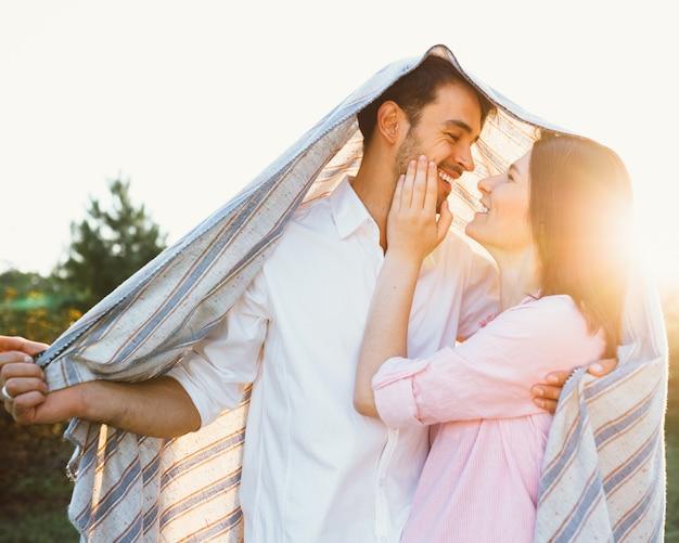 Feliz y joven pareja embarazada