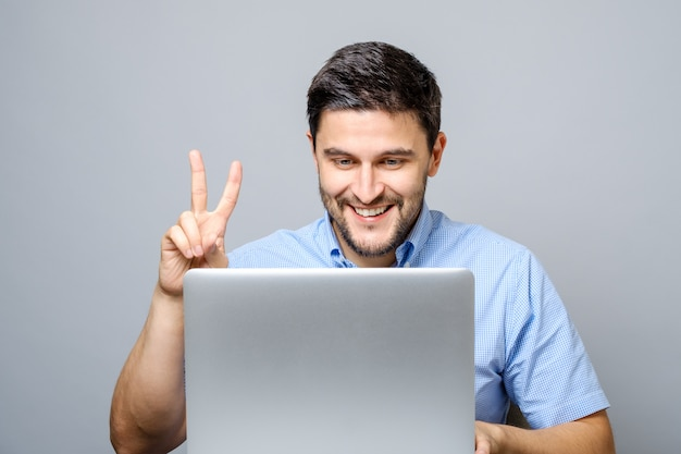 Feliz joven video chateando en la computadora portátil