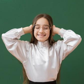 Feliz linda chica cubriendo las orejas