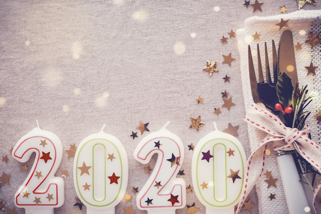 Feliz lugar de mesa de año nuevo 2020