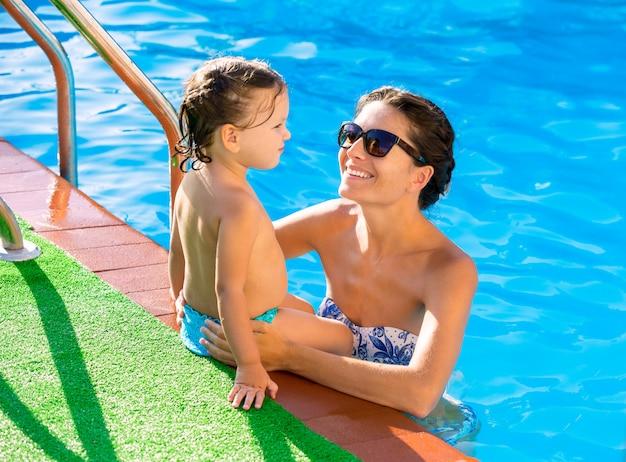 Feliz madre y bebé hija piscina