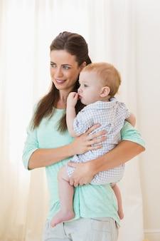 Feliz madre con bebé en casa